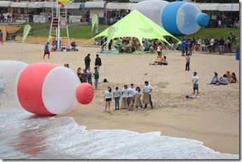 Voluntarios de Greenpeace realizan una limpieza y auditoria de plasticos en las playas de Viña del Mar.